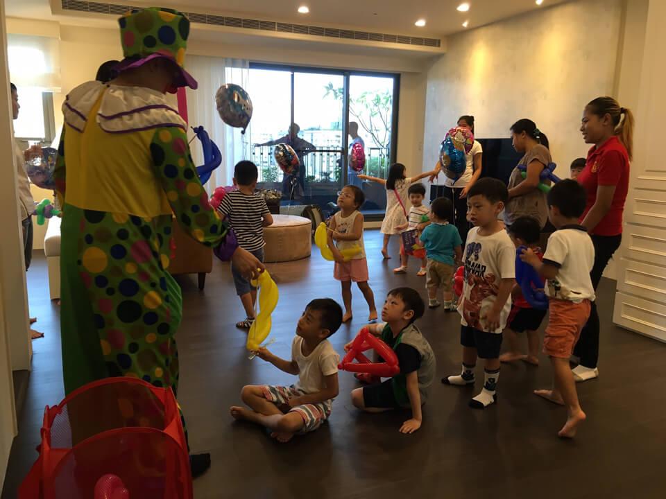 哦~~鏡頭捕捉到小小大頭兵的戰術教官-氣球小丑先生