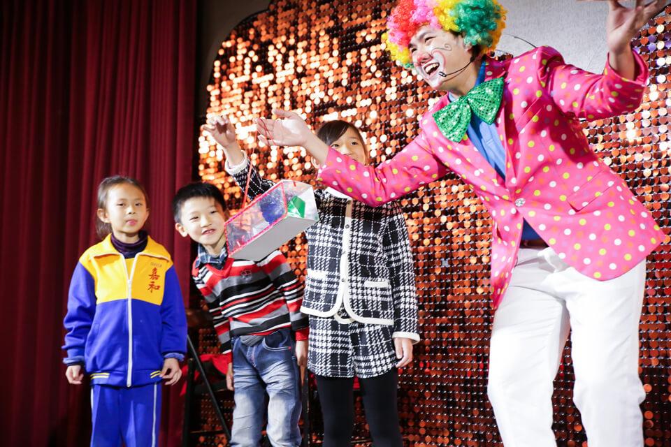 首先上台的是逗趣的默劇小丑表演,現場小朋友看了根本瘋了!
