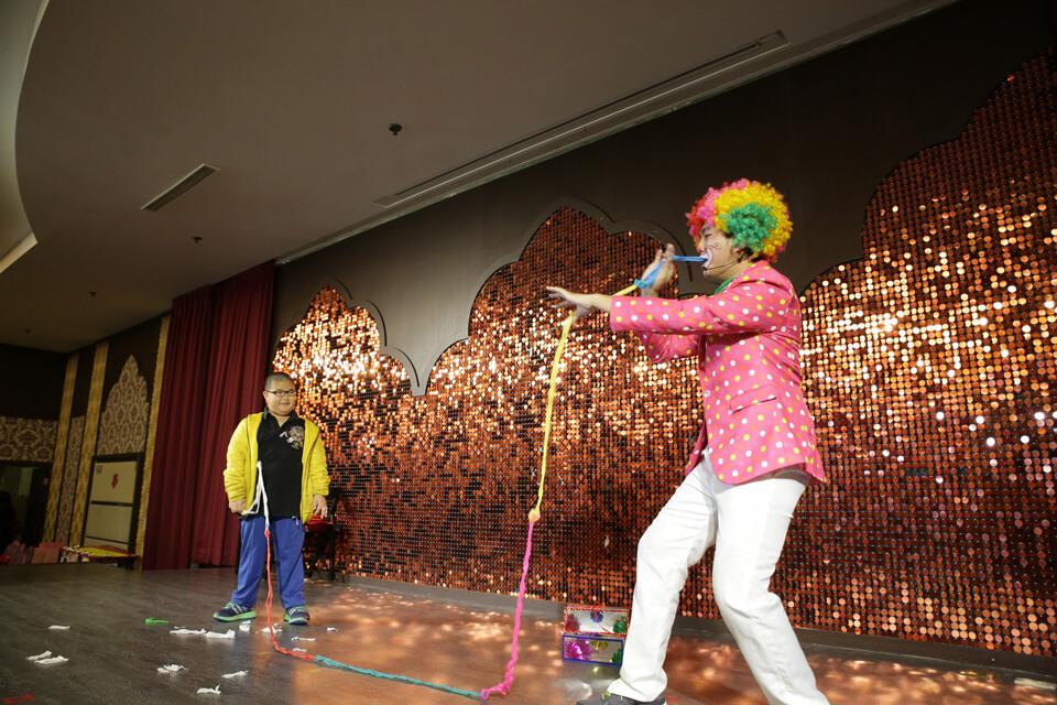 現場小朋友都搶著上台跟小丑哥哥一起玩呢
