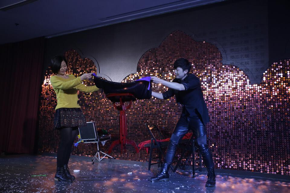 看不過癮還有魔術師查尼帶來的舞台魔術表演,人體漂浮一點破綻都沒有,相當厲害呢!