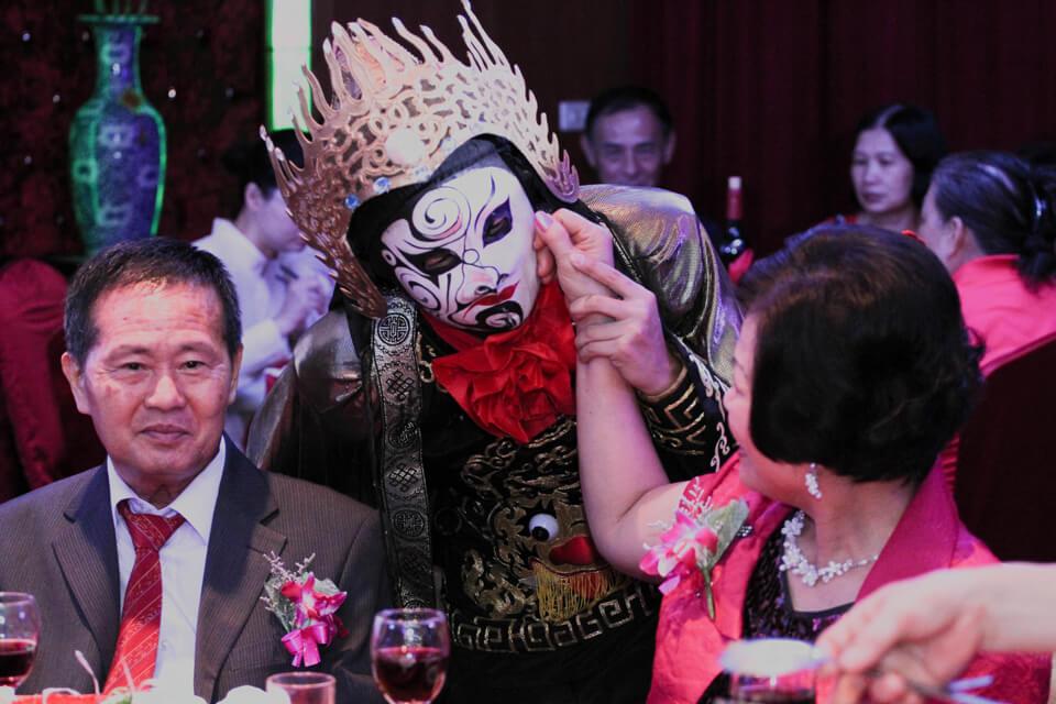 變臉老師會在婚禮現場跟大家互動表演,最後還會變出中國結送給現場賓客當伴手禮呢