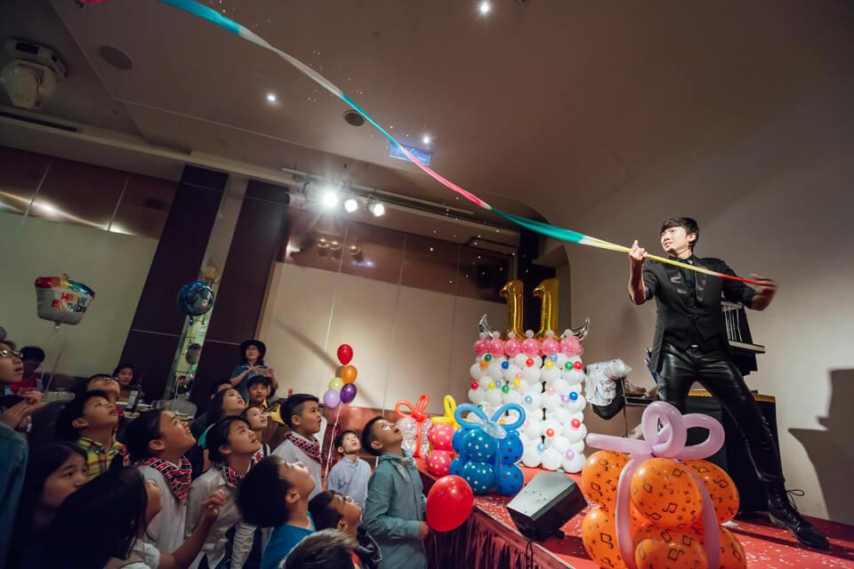 苗爸爸、苗媽媽可以說是非常用心的在準備予寬的生日派對,除了邀請查尼來表演魔術以外,也選用了米爾可的會場佈置