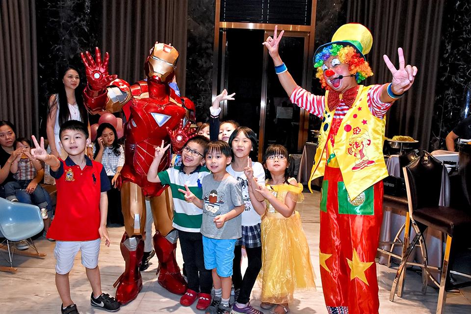 米爾可今天來到Ariel生日派對 ,為小朋友們帶來了非常精采的魔術表演 ,首先出場的是鋼鐵人!