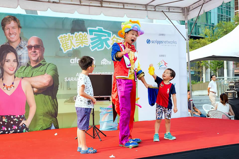 這是一場位於台中草悟道廣場的戶外演出,由於廠商擔心現場有些小朋友會害怕小丑先生妝容,但是沒問題,小丑表演也可以配合輕''妝''上陣喲