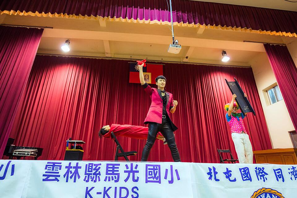 今天魔術師查尼來到了馬光國小,要來幫各位小朋友過兒童節囉~在一年一度的兒童節裡,小朋友們可以看到神奇的魔術表演一定很興奮!!