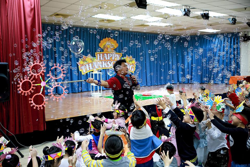 今天華盛頓國小舉辦了一系列表演 就讀這間學校的學生好幸福啊~ 米爾可也加入了他們的表演活動,今天會有什麼魔術表演呢?