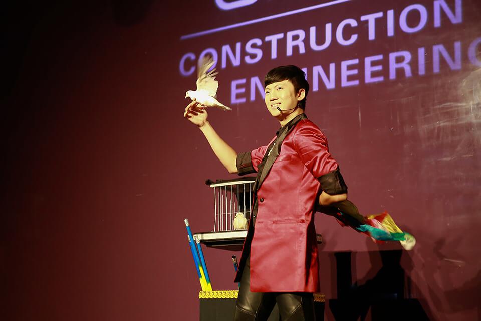 甲骨文公司是一間軟體公司,今天的聚會匯集了亞洲區所有的主管來到這裡,米爾可團隊也有幸擔綱演出,用魔術表演為活動增添樂趣
