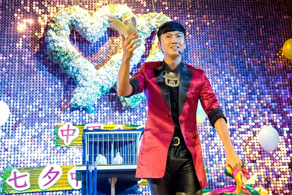 中國人壽舉辦了一個七夕愛分享的活動,特別邀請到了米爾可魔術表演團隊~一來到會場入口,就看到全部都用氣球製作的牛郎織女,是不是非常吸睛啊
