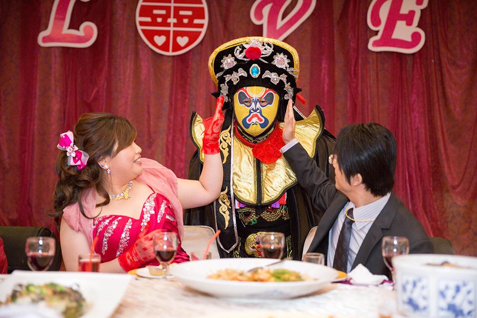一場歡樂無比的婚禮,怎麼能少了搞笑的小丑哥哥呢~是的,在孟學&秀齡的婚禮,當賓客陸陸續續的到來時,小丑哥哥早已在婚禮會場恭候多時了~
