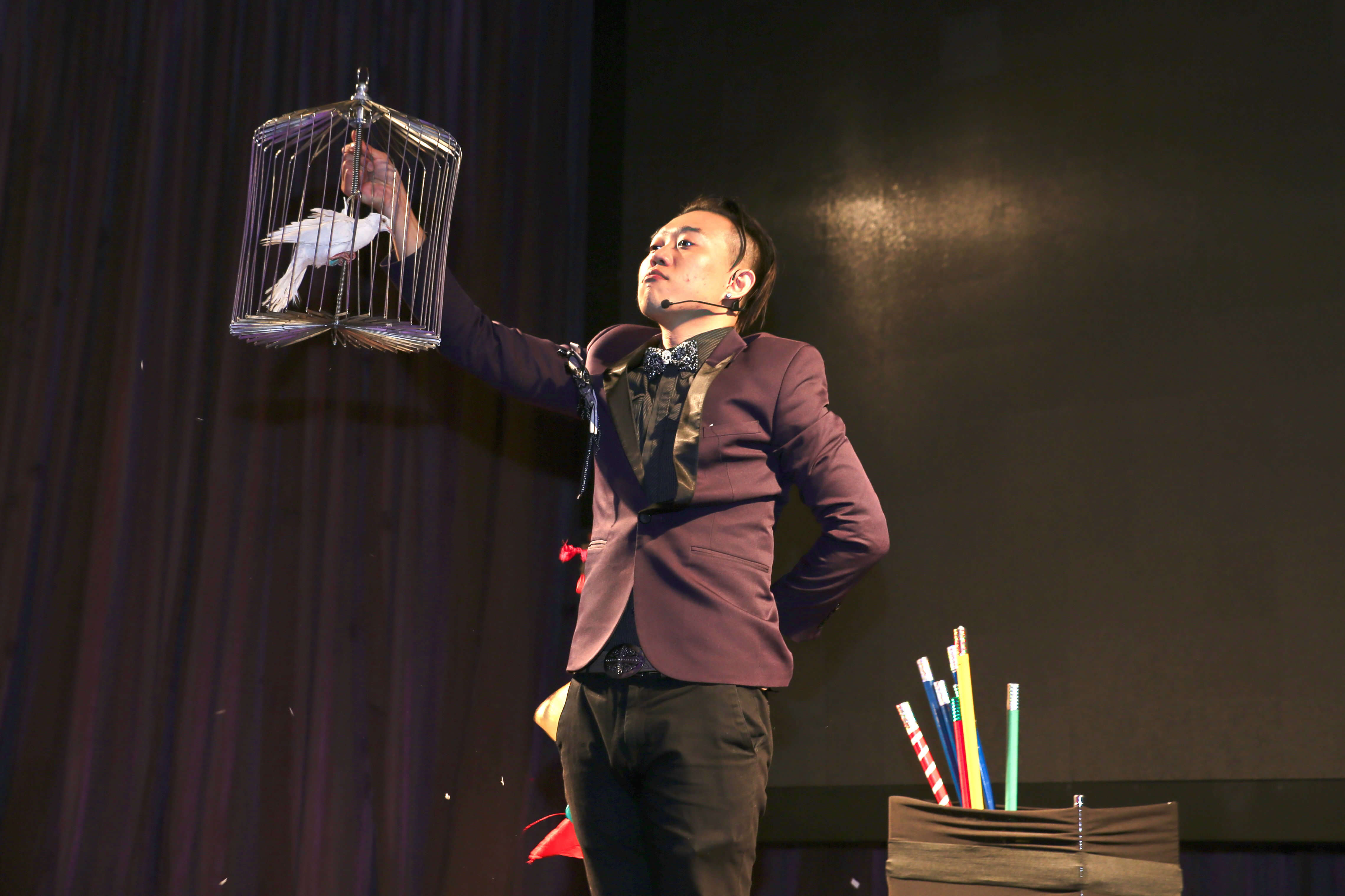 尾牙晚宴怎麼能少了帥氣魔術表演呢?魔術師帥氣開場~變出鴿子就是霸氣,開場表演獲得滿堂彩~揭開活動序幕,上台互動也是很重要的一環,魔術師會帶來什麼逗趣互動呢?