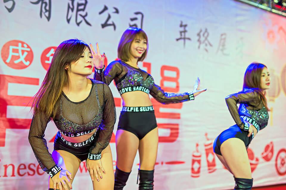 這....這個是...也太辣了吧!!中華精測股份有限公司的男性同胞們有福啦~~公司特地和米爾可魔術表演聯絡尾牙活動,安排了三位辣妹熱舞要來給大家養眼囉~~居然還有機會可以近距離熱舞!真的是太讓人羨慕又嫉妒啦!!!