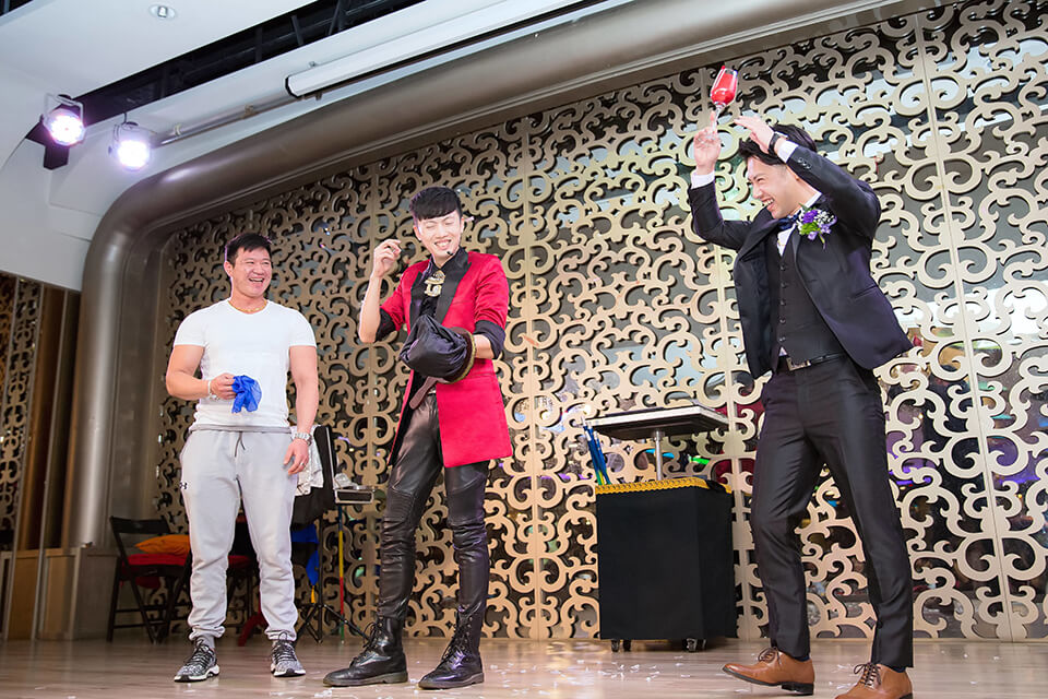 碰!碰!碰!米爾可魔術表演團隊出現囉,就讓小丑哥哥來命中每個小朋友的芳心!!首先登場的是小丑表演,讓大人小朋友都開心的小丑迎賓氣球來囉~ 在活動還沒開始之前,提早到場的賓客就是要來找小丑哥哥玩!!