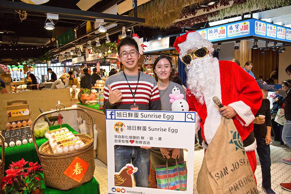 聖誕老人送禮物要來送禮物拉~米爾可聖誕老人來到位於金典酒店的第六市場,要來跟大家一起交換禮物,哇~活動還沒開始就有好多大朋友小朋友搶著跟聖誕老人合照,看來大家對於這次活動都充滿期待呢~