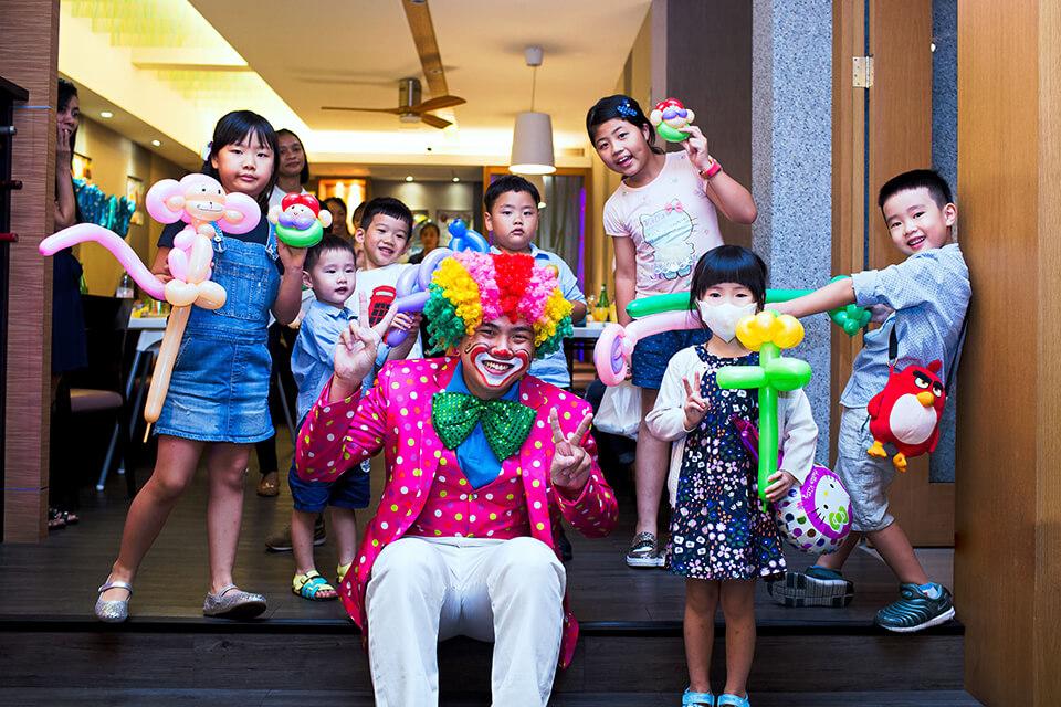小丑哥哥要來幫小朋友慶生囉~~對小朋友來說,最快樂的事,莫過於在生日的時候邀請好朋友們聚在自己的生日派對上,一起欣賞搞笑的小丑表演魔術!!是否還記得,小時候欣賞表演的時候,那種驚訝與歡樂,都是無可取代的!!